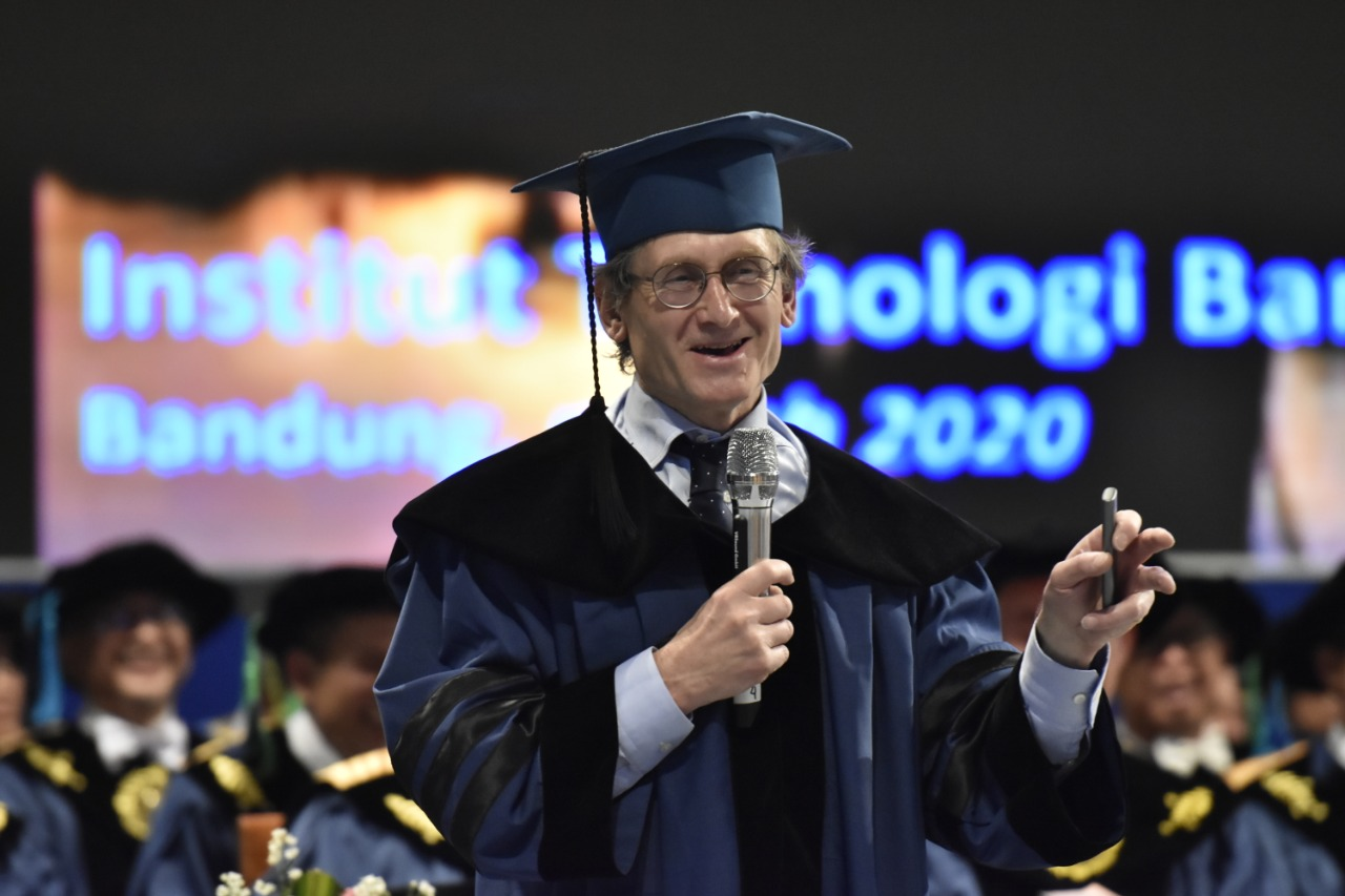 "Pidato Ilmiah Prof. Ben L. Feringa: ""The Joy of Discovery"" pada Peringatan Dies Natalis ITB yang ke-61"